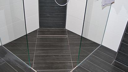Ebenerdige Duschanlage mit integriertem Wasserablauf